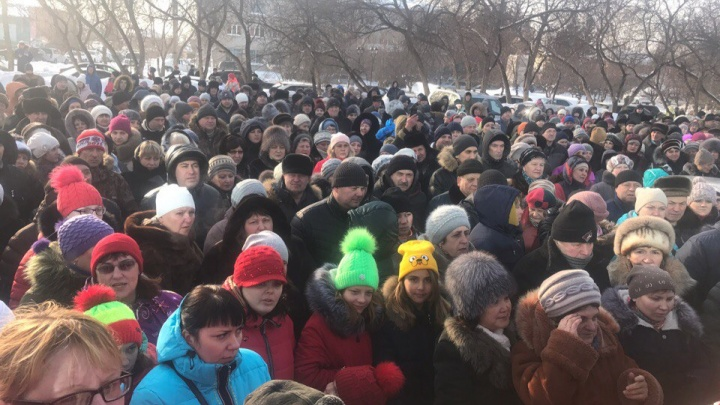 Сотни человек перекрыли дорогу у здания колыванской администрации из-за гибели детей в яме