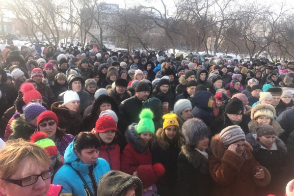 Сотни колыванцев вышли к зданию районной администрации