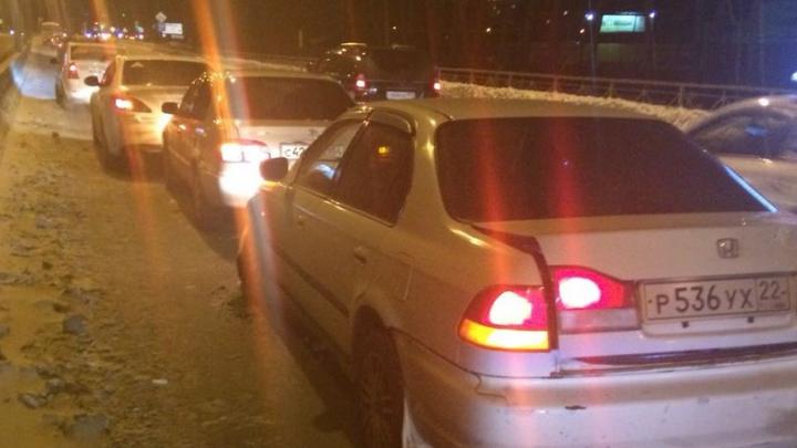 Мочищенское встало: авария с тремя автомобилями собрала длинную пробку в сторону «Стрижей»