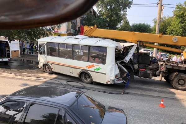 Авария произошла недалеко от остановки «Улица Барбюса»