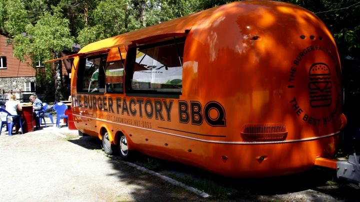 В Новосибирске появился большой фургон в форме сосиски, в котором готовят бургеры и хот-доги