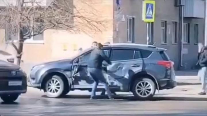 В Ростове в ДТП с маршруткой пострадал водитель внедорожника