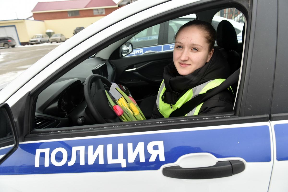Эльвира Куликова пошла работать в дорожно-патрульную службу, вспомнив о своем школьном сочинении, которое написала еще в восьмом классе. В тексте было сказано, что она хочет стать полицейской. Так и вышло