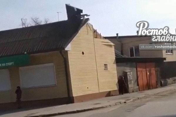 Обломки крыши летели на тротуар