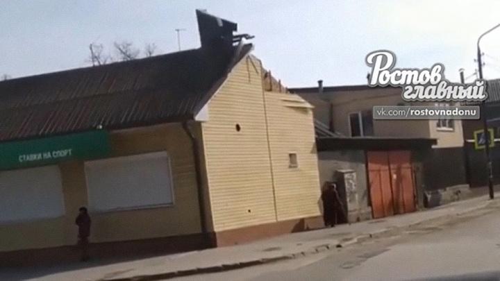В Ростове ураганный ветер сорвал крышу здания