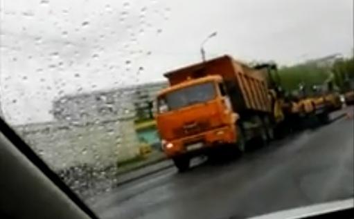 Укладку асфальта в дождь на Брянской засняли очевидцы