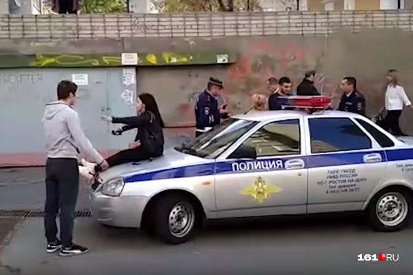 Пьяные дебоширы устроили драку с полицейскими