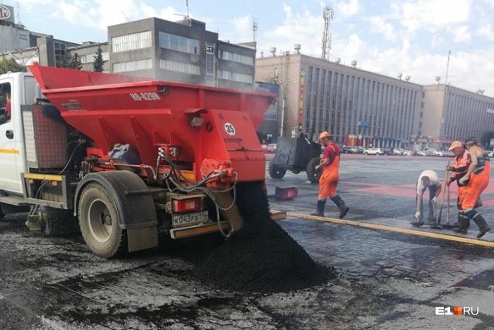 Коммунальщики вывели асфальтоукладочную технику на площадь Первой Пятилетки этим утром