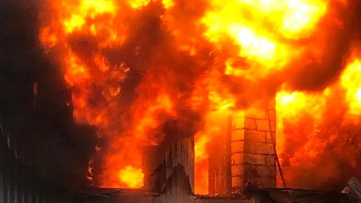 «Вот это долбануло»: взрыв на складе лакокрасочных изделий на Эльмаше попал на видео