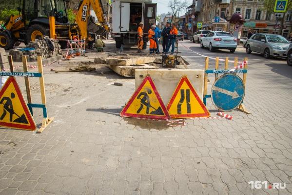 На некоторых улицах провалы уже устранили, а на Мясникова работы продолжаются