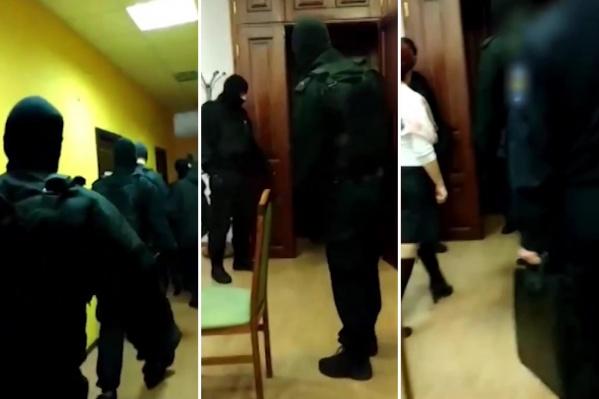 За подозреваемой в мошенничестве Еленой Семеновой пришла толпа силовиков в масках