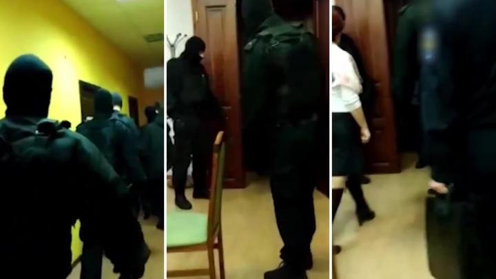Люди в масках забрали новосибирскую чиновницу прямо с совещания. Рассказываем, что случилось