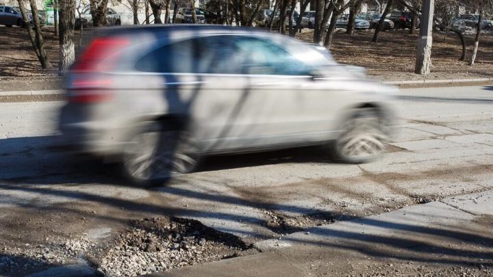 «Пробьешь колесо или попадешь в аварию»: в Волгограде изрешетило асфальт на Астраханском мосту