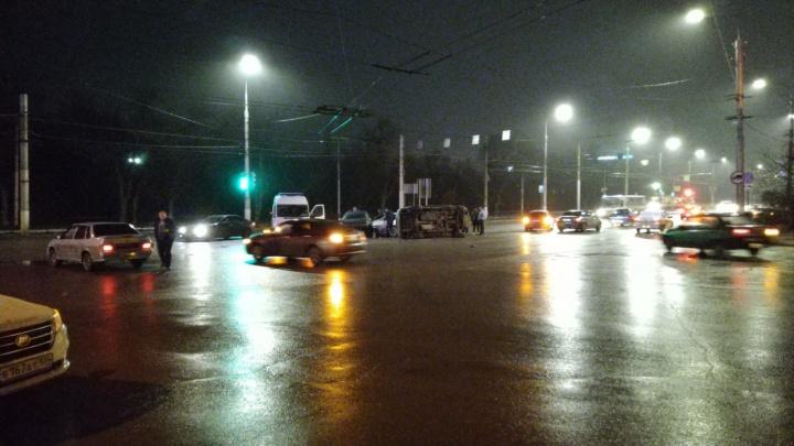 «Одна машина на боку»: выехавшая на красный свет легковушка собрала массовое ДТП в Волгограде