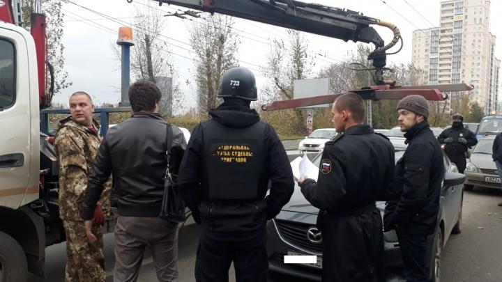 В центре Екатеринбурга судебные приставы арестовали у неплательщиков дорогие иномарки