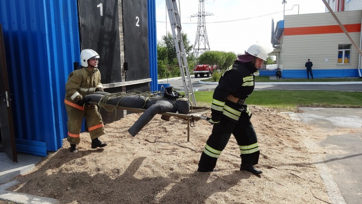 Пожарные посоревновались в одевании на скорость и стрельбе водой по мишеням