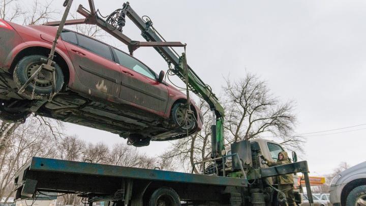 Машина уехала, водитель остался: что делать, если автомобиль эвакуировали на штрафстоянку