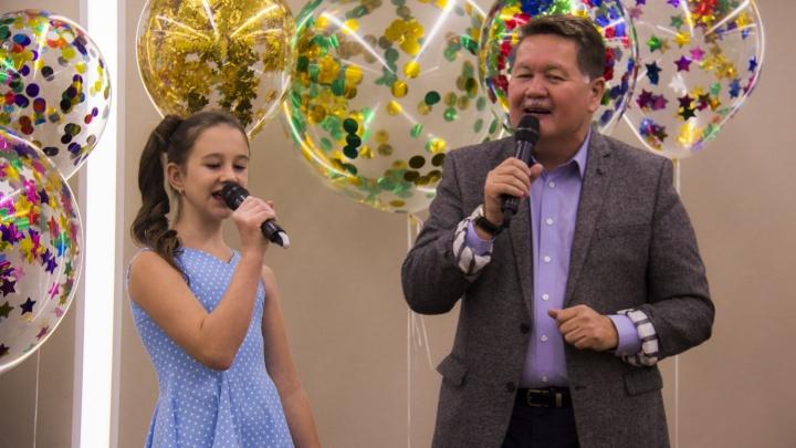 Видео: вице-мэр и директор филармонии спели в караоке, чтобы помочь больным детям