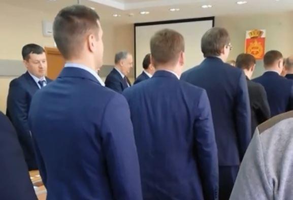 Депутаты исполнили гимн, а в конце похлопали себе