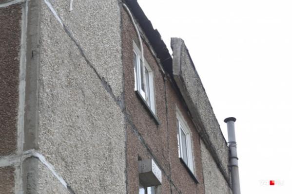 Плита парапета рухнула утром 12 августа сдома на Кыштымской, 28