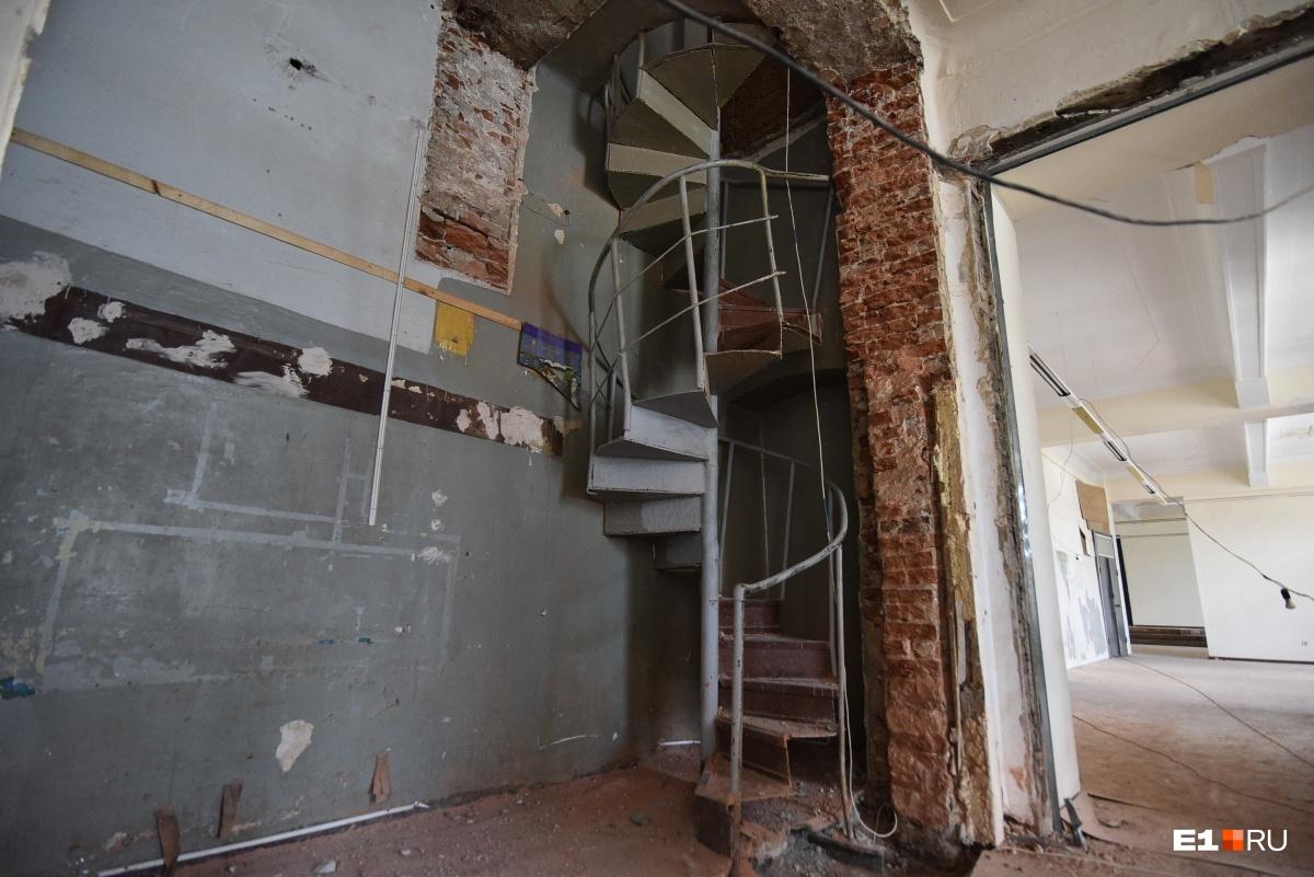Наверх ведет винтовая лестница, но пользоваться ей опасно
