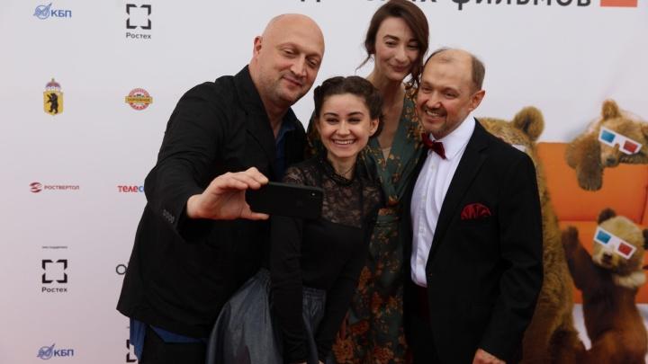 В Ярославль приехали все звёзды: разглядываем знаменитостей на красной ковровой дорожке