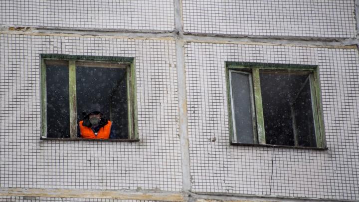 Из квартиры на Полтавской вывезли четыре КАМАЗа мусора.Как новосибирцы борются с Плюшкиными по соседству