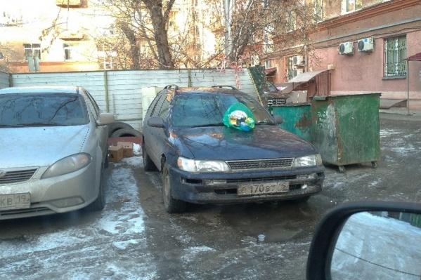 Говорят, свинья грязь везде найдет — вот и водитель жмется поближе к мусорке