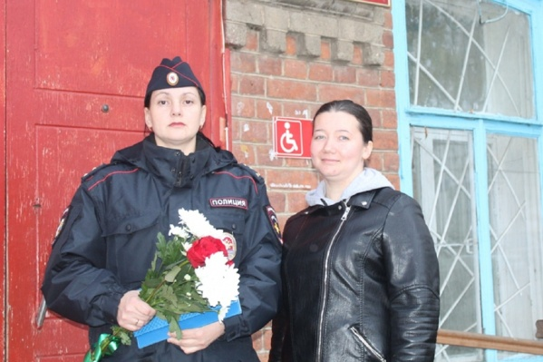 Участковая Кристина Володина (слева) вместе с коллегой задержала поджигателя и тушила горящий дом