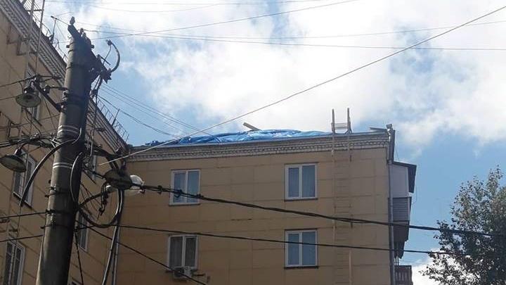 «До нового дождя»: в затопленной хрущевке без крыши на Красрабе снова отложили укладку шифера