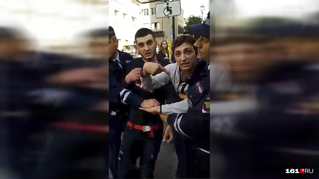 Дебоширов задержали сотрудники полиции