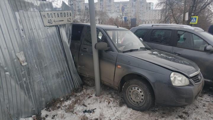 На Потапова водитель«Ниссан-Террано» отбросил «Приору» в забор