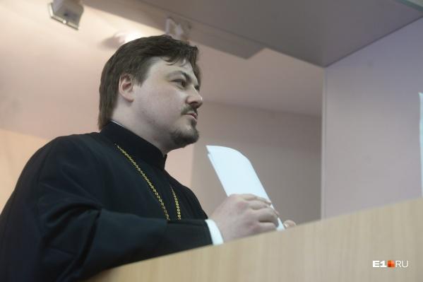 Отцу Вениамину пришлось прерваться, когда присутствующимв зале не понравилась риторика обращения