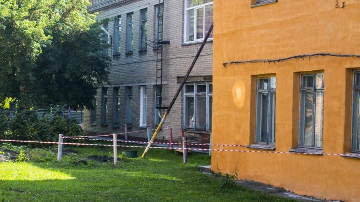 Власти решили срочно ремонтировать детский сад, который подпёрли трубой из-за трещин