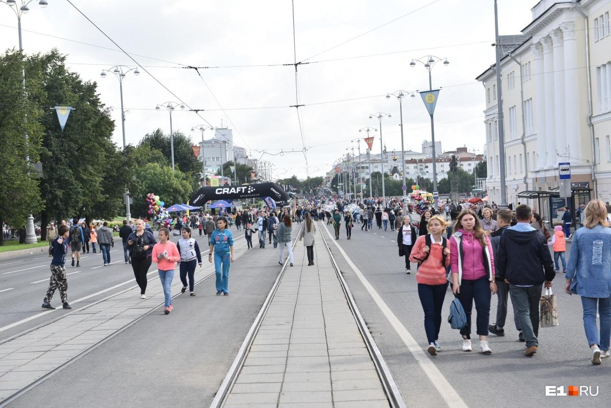 Сегодня ходить можно прямо по дороге, ведь проспект Ленина специально перекрыли. Подробнее о перекрытиях  можно почитать здесь