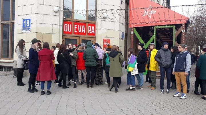 Толпа новосибирцев собралась вечером около бара на Советской