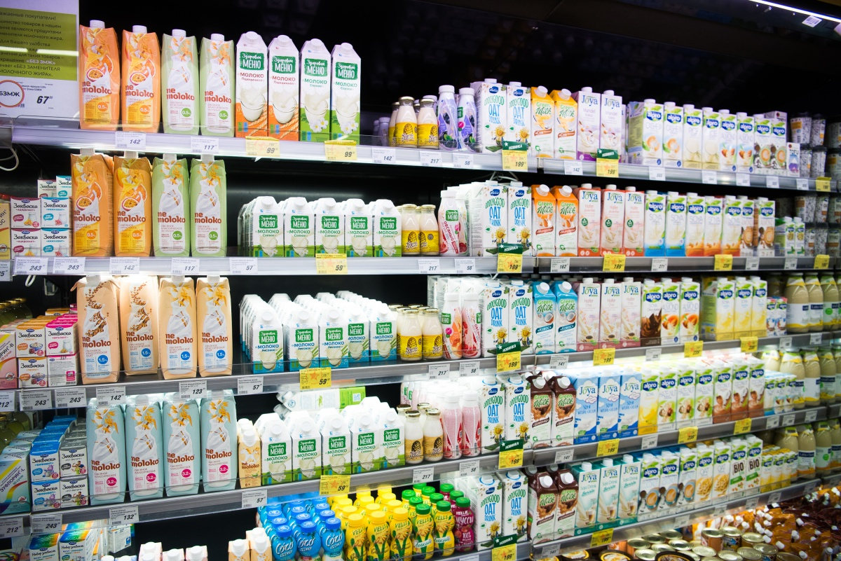 В «Гиперболе» есть целая витрина растительного молока — соевого, кокосового, миндального и др.