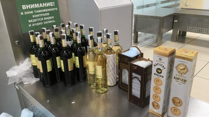 В Кольцово задержали иностранца с полным чемоданом вина и коньяка