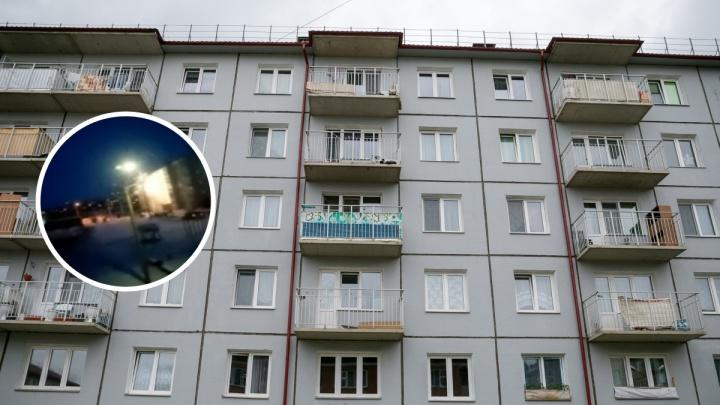 «Опасная красота»: в Канске жители обстреляли жилой дом фейерверками