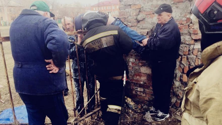 В Омске 12-летний мальчик напоролся на острие забора возле гимназии