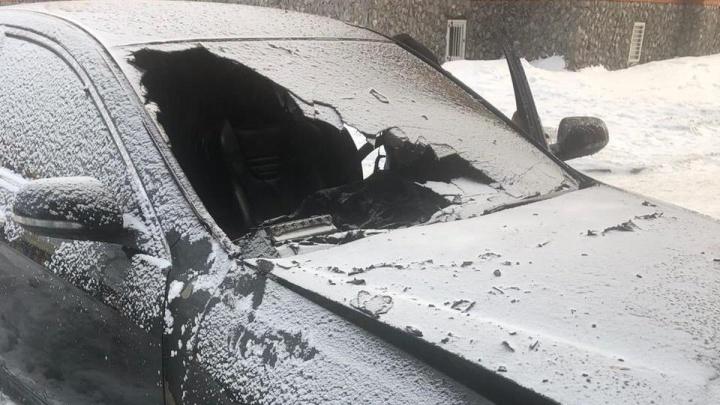 У обманутого дольщика подожгли автомобиль— рядом с машиной бросили бутылку с горючей смесью