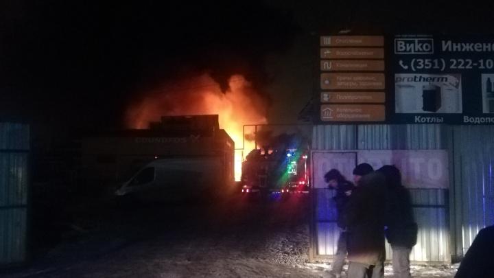 В Челябинске ночью сгорел склад сантехнических изделий