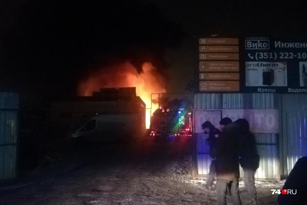 Пожар на улице Индивидуальной начался около полуночи
