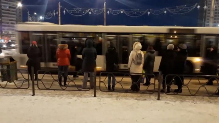 На Предмостной установили забор на остановке и людям приходится через него прыгать