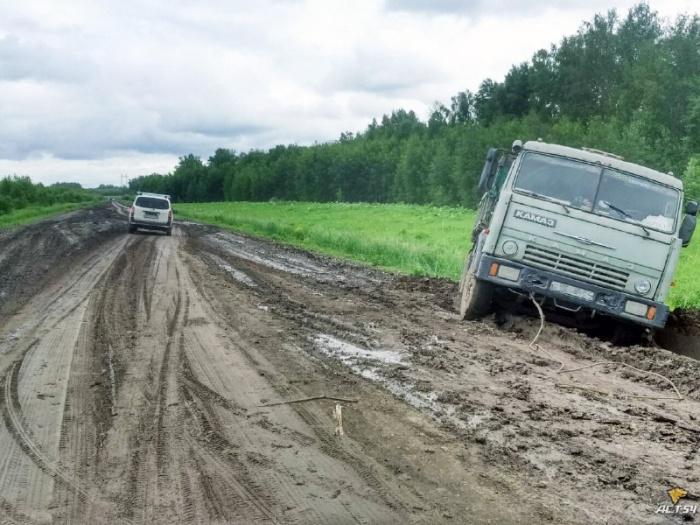 КамАЗ застрял на обочине между Шелковичихой и трассой Р-383