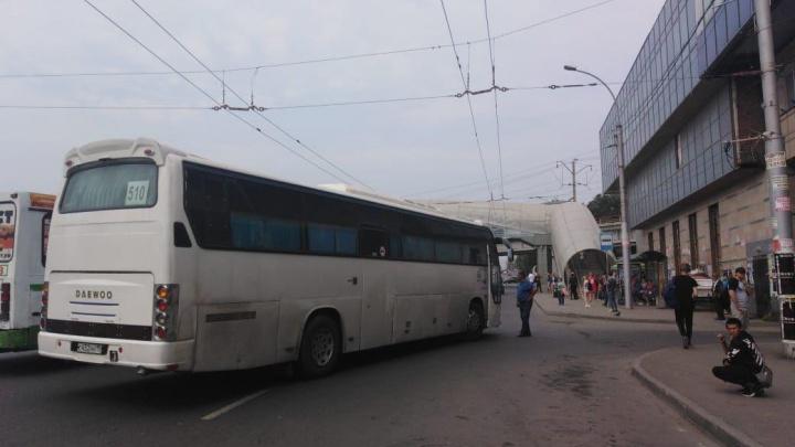 Междугородный автобус попал в ДТП рядом с автовокзалом