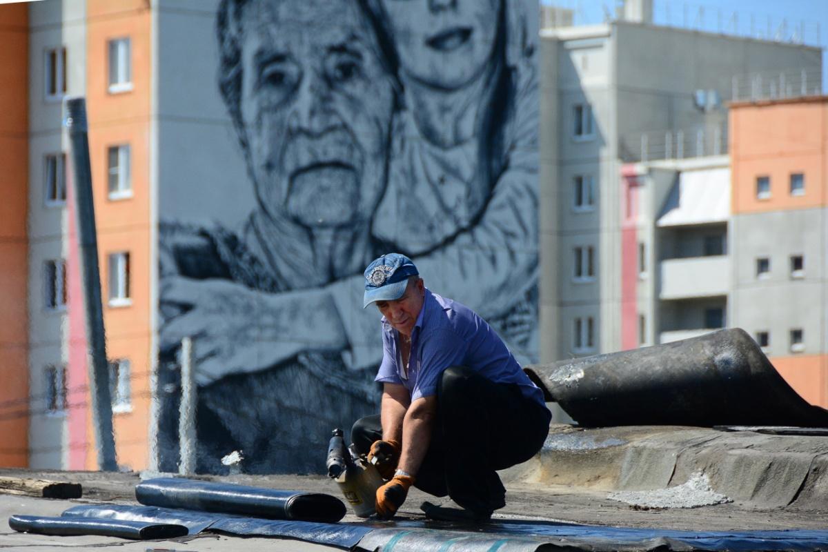 В Сатке, буквально усыпанной граффити, есть гигантский рисунок с реальными горожанами