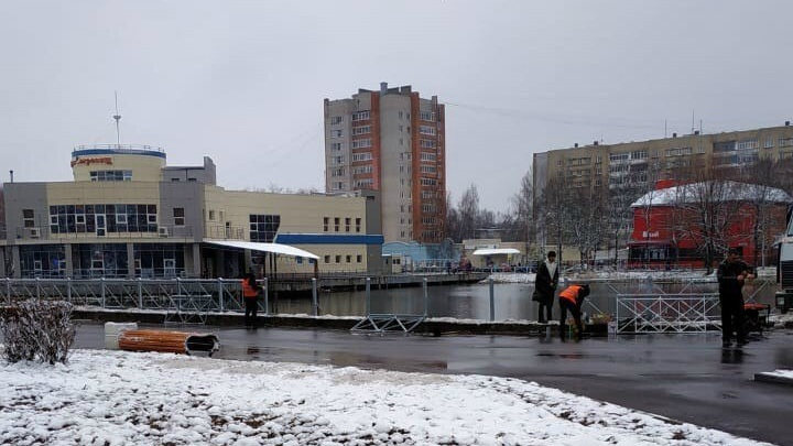 В Ярославле в парке 30-летия Победы ремонтируют недавно установленный забор