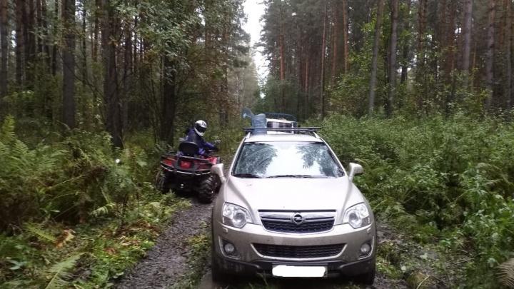 Спасатели нашли в грязи под Новосибирском две машины с грибниками
