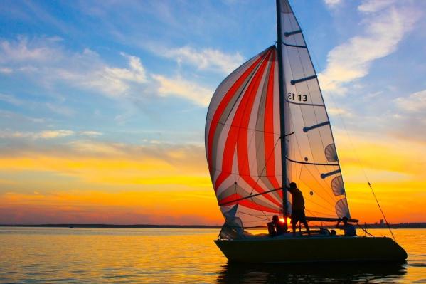 За красивыми закатами и алыми парусами нужно всего-то добраться до Обского моря